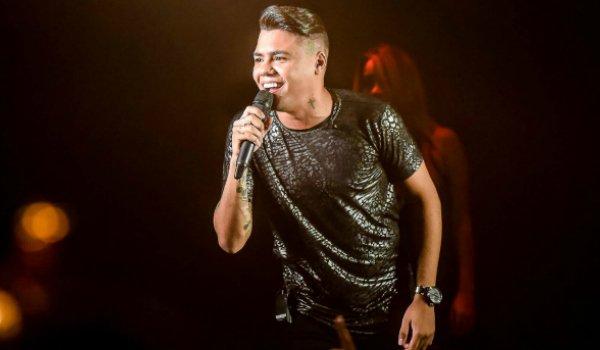 8ba037120 Na última quinta-feira (13), o cantor Felipe Araújo subiu ao palco da Villa  Country, na capital paulista, para lançar o primeiro DVD da carreira, ...