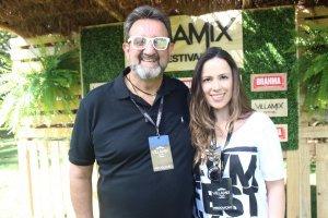 Tim Rodrigues (produtor de eventos) com Letícia Paes Leme (executiva da AudioMix)