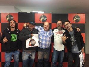 Banda também marcou presença na Rádio Kiss FM, onde encontrou Evaldo Vasconcelos, diretor da emissora