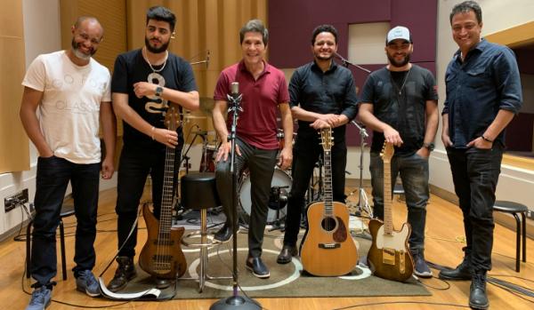 Na foto, Daniel e os músicos que participam na gravação da música