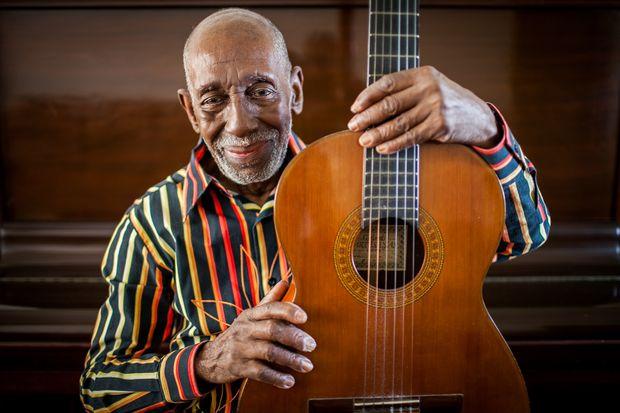 RIO DE JANEIRO - RJ 13.10.2016 - O músico e compositor Nelson Sargento, 92 anos, em sua casa em Copacabana. Ele está lançando um CD e concorrendo à final do samba-enredo da Mangueira, escola da qual é presidente de honra. Nelson também é pesquisador da música popular brasileira, artista plástico, ator e escritor. (Foto: Raquel Cunha/Folhapress, ILUSTRADA) ***EXCLUSIVO***